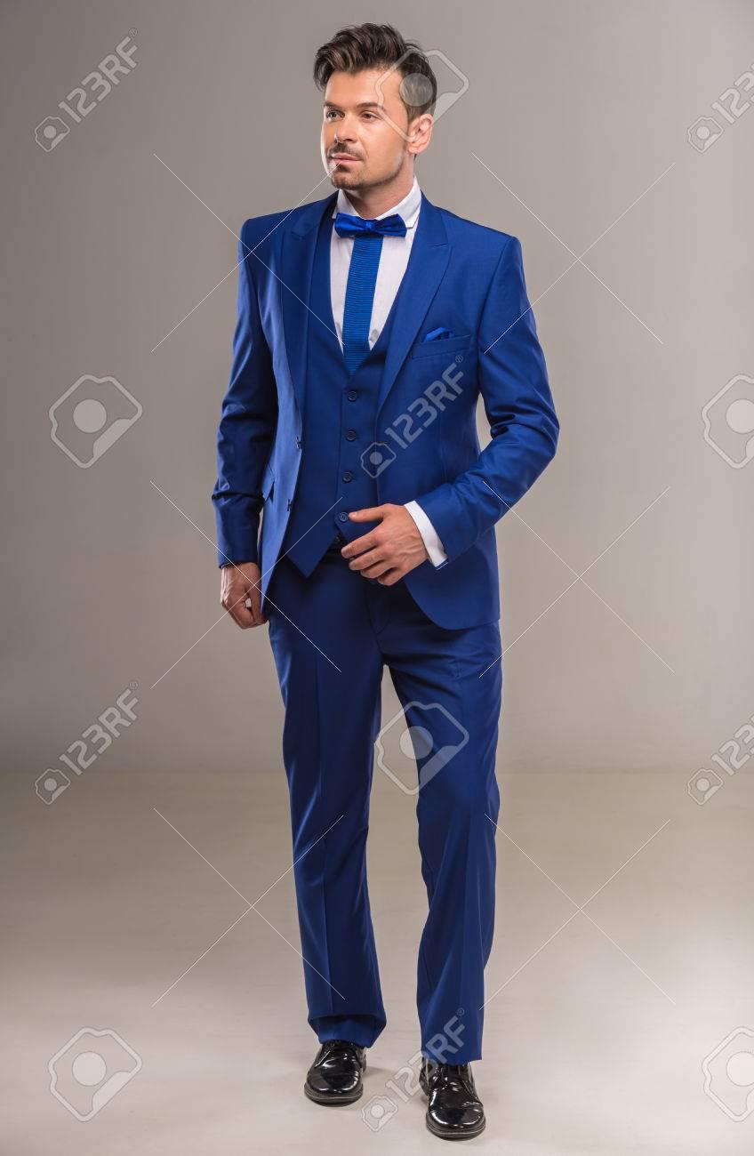 Handsome Nette Mann In Stilvollen Blauen Anzug Und Krawatte Posiert