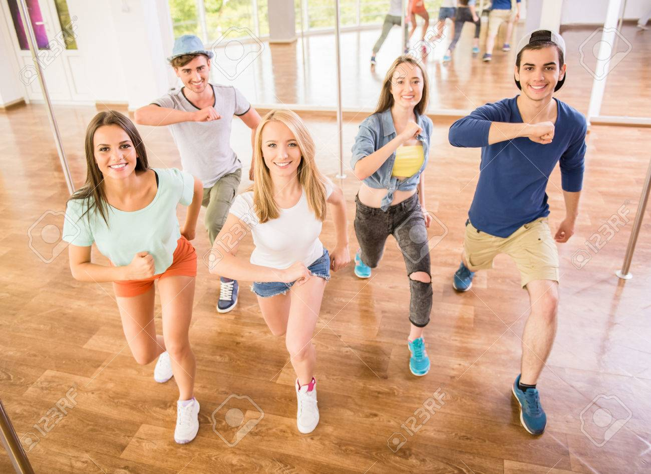 中にジムで踊る若者の合計満足新...