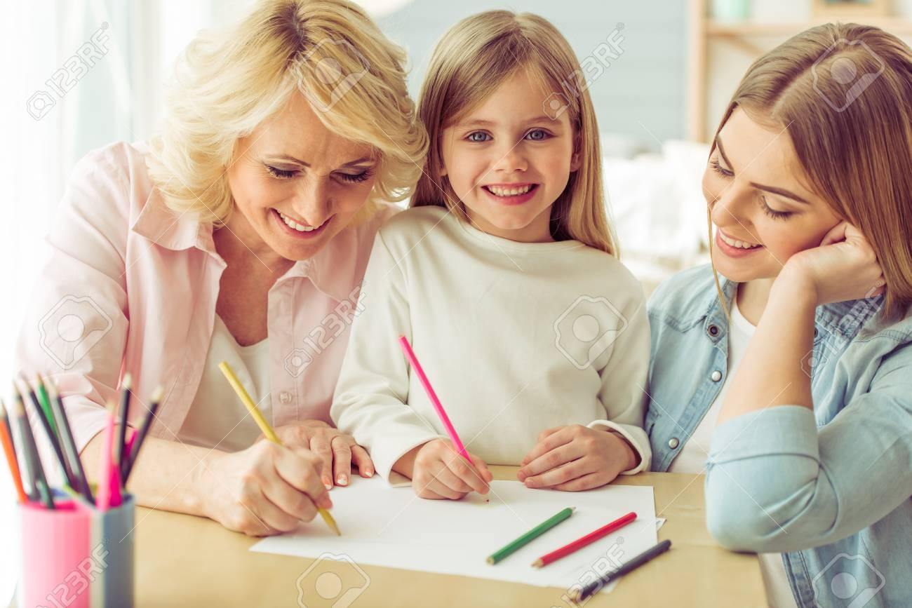 Oma Ihre Tochter Und Enkelin Zeichnen Und Lacheln Wahrend Sie Zu