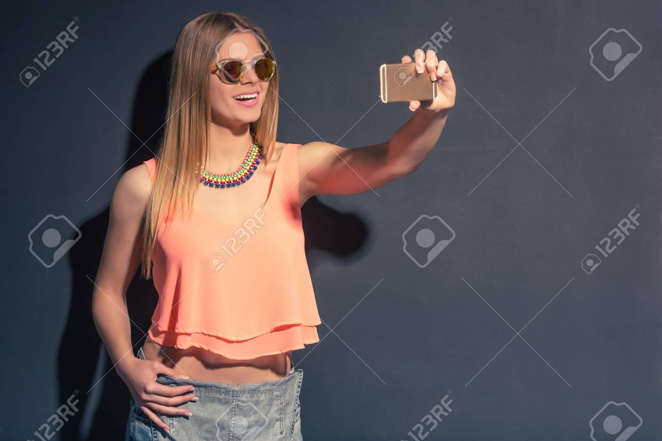06ecb33062 De Chica En Está Atractiva Haciendo Sol Verano Gafas Ropa Y CodBerxW