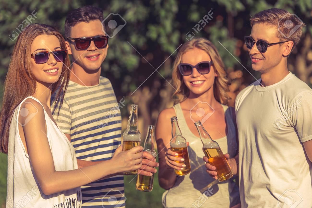 Sol Jóvenes La Y Son Casual Hermosas En Gafas Ropa De Personas Las nmOvNwy08