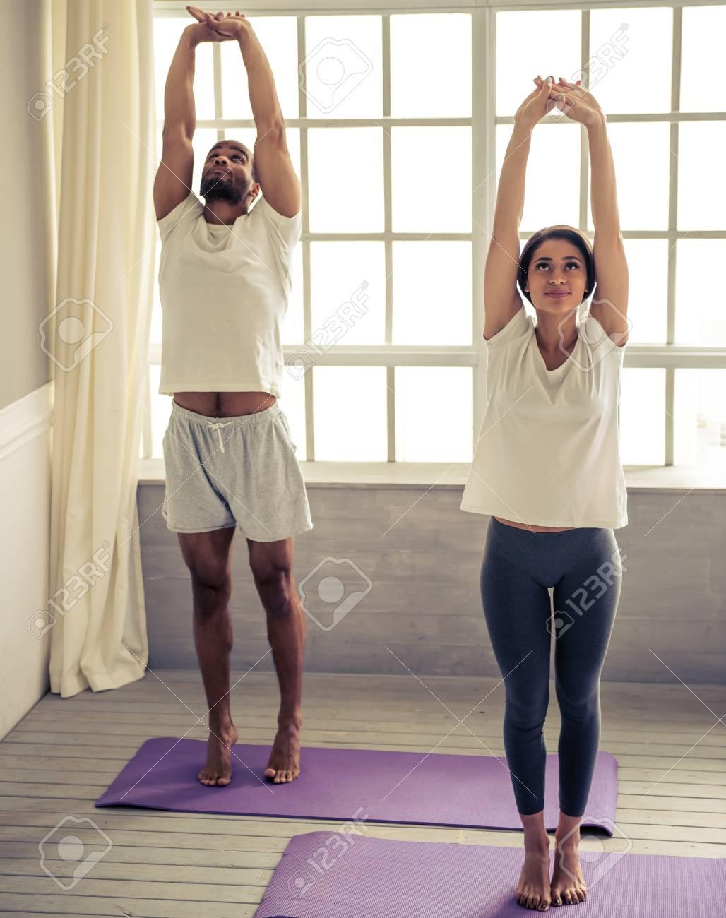 Schöne Afro-amerikanische Paar Lächelt, Während Die Yoga, Zu Hause ...