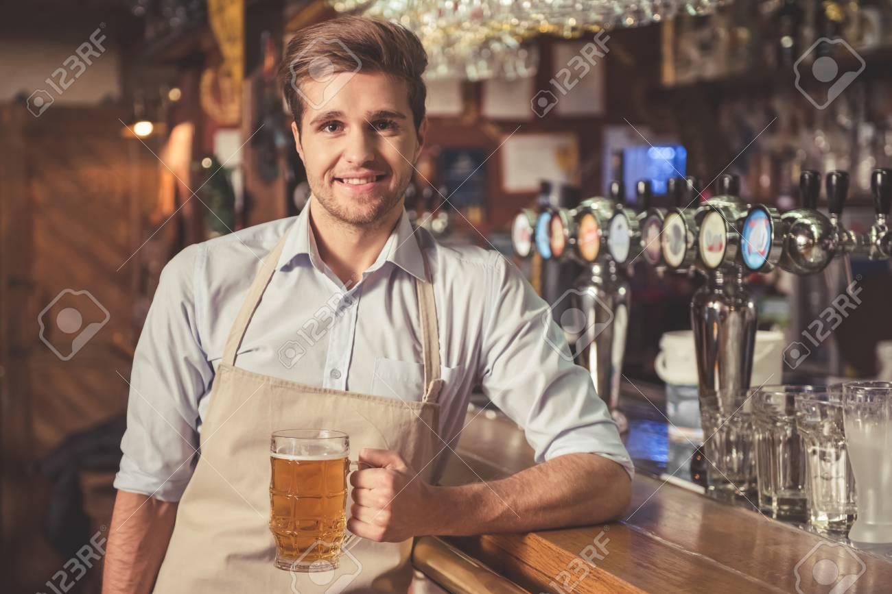 Mi cafetería. - Página 8 71648289-barman-guapo-est%C3%A1-sosteniendo-un-vaso-de-cerveza-mirando-a-c%C3%A1mara-y-sonriendo-mientras-est%C3%A1-de-pie-cerca-d