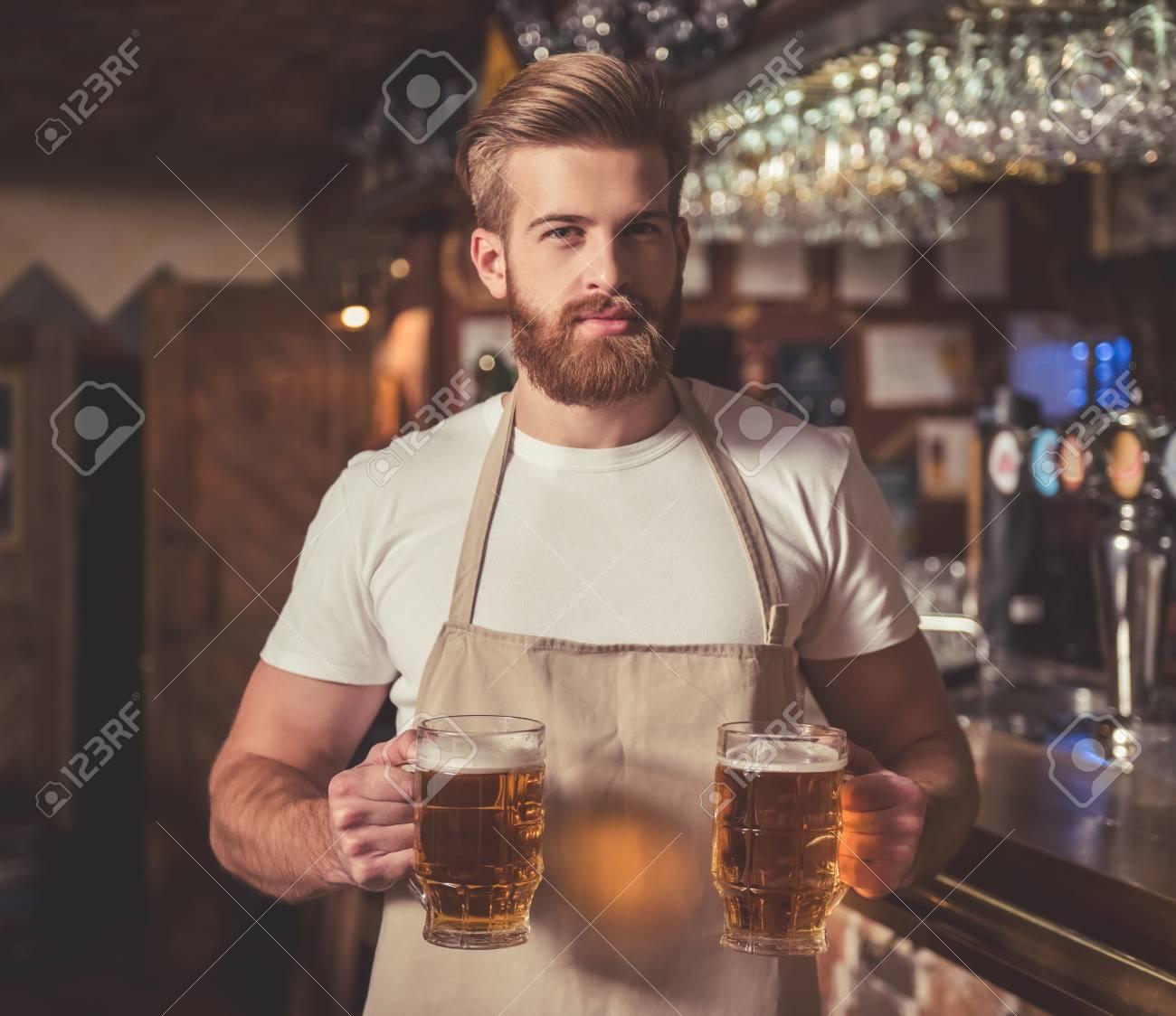 Mi cafetería. - Página 8 71734537-camarero-guapo-con-barba-en-el-delantal-es-la-celebraci%C3%B3n-de-la-cerveza-y-mirando-a-la-c%C3%A1mara-mientras-es