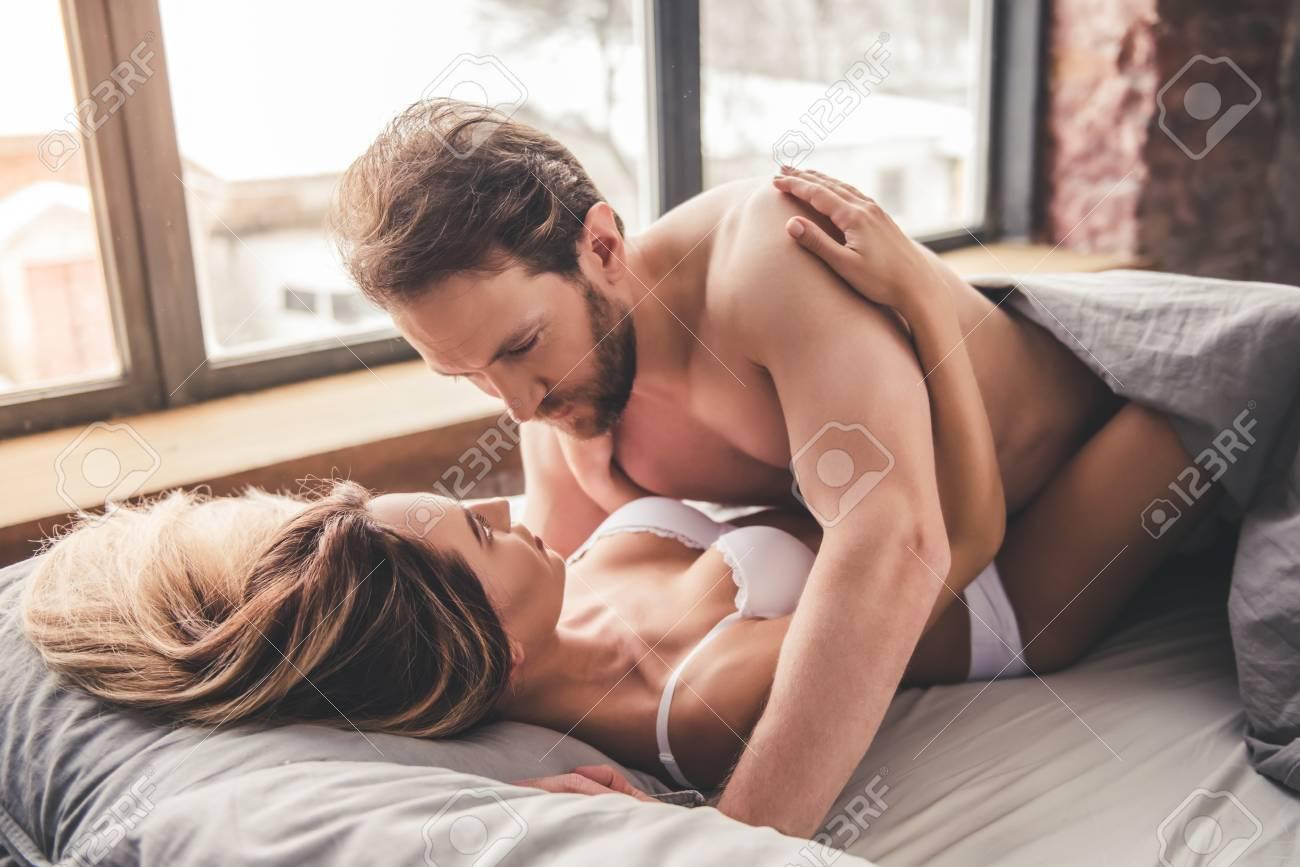 Parejas Teniendo Sexo En La Cama