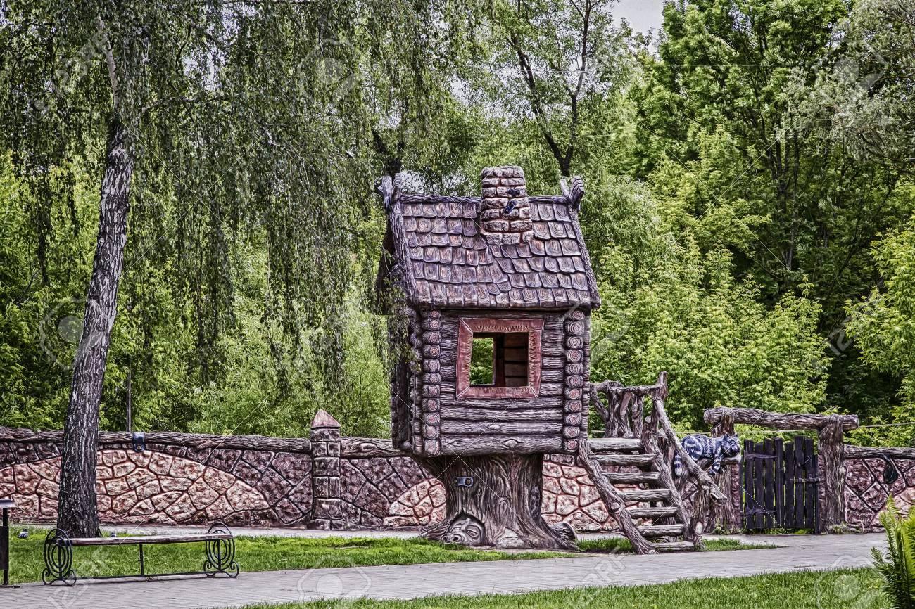 Auf Motiven Der Marchen Im Park Kinder Ein Haus Gebaut Mit Einem