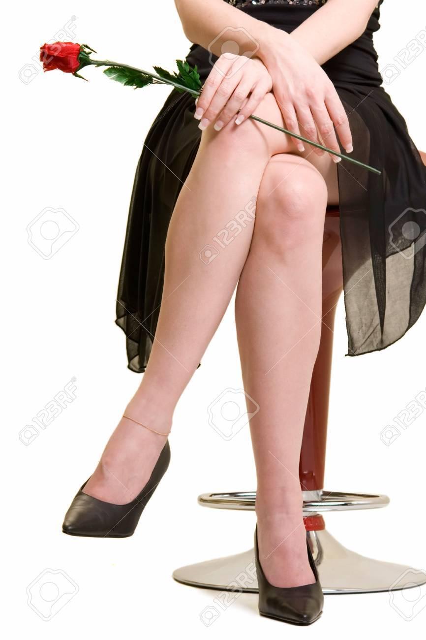 Foto De Una Mujer Cruzó Las Piernas Llevaba Un Vestido Negro Formal ...