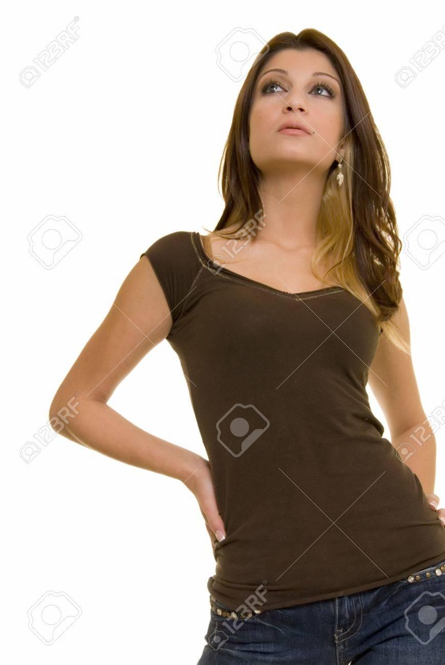 魅力的なブルネット レバノン女性はカジュアルな服装が立って見上げる白い背景の上で