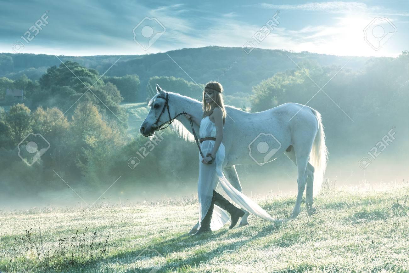 BON MARDI 23449527-belles-femmes-sensuelles-avec-le-cheval-blanc-Banque-d'images