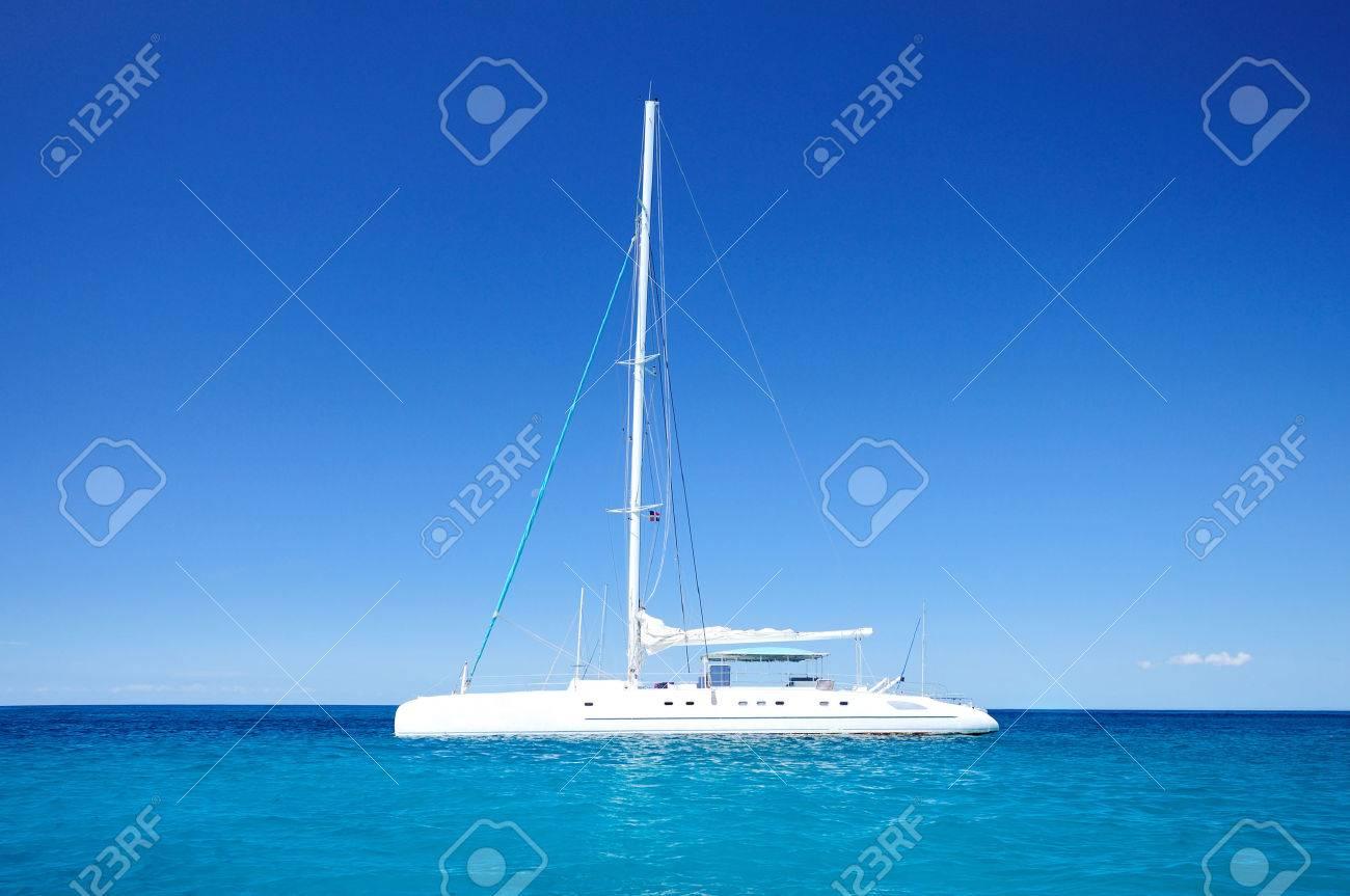 Segel katamaran innen  Schöne Wolkengebilde Und Segel-Katamaran In Der Blauen Karibik Meer ...
