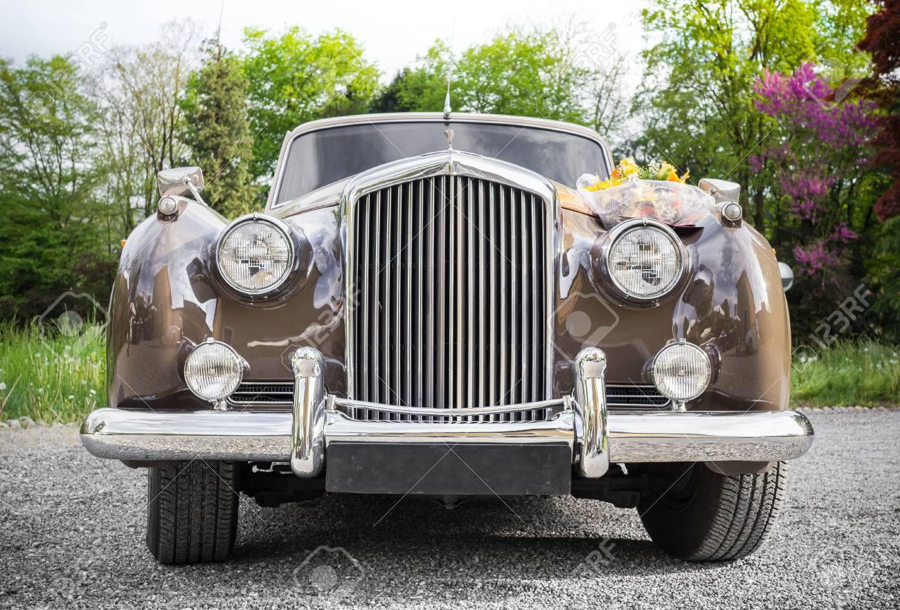 Vintage Hochzeit Auto Mit Blumen Geschmuckt Lizenzfreie Fotos