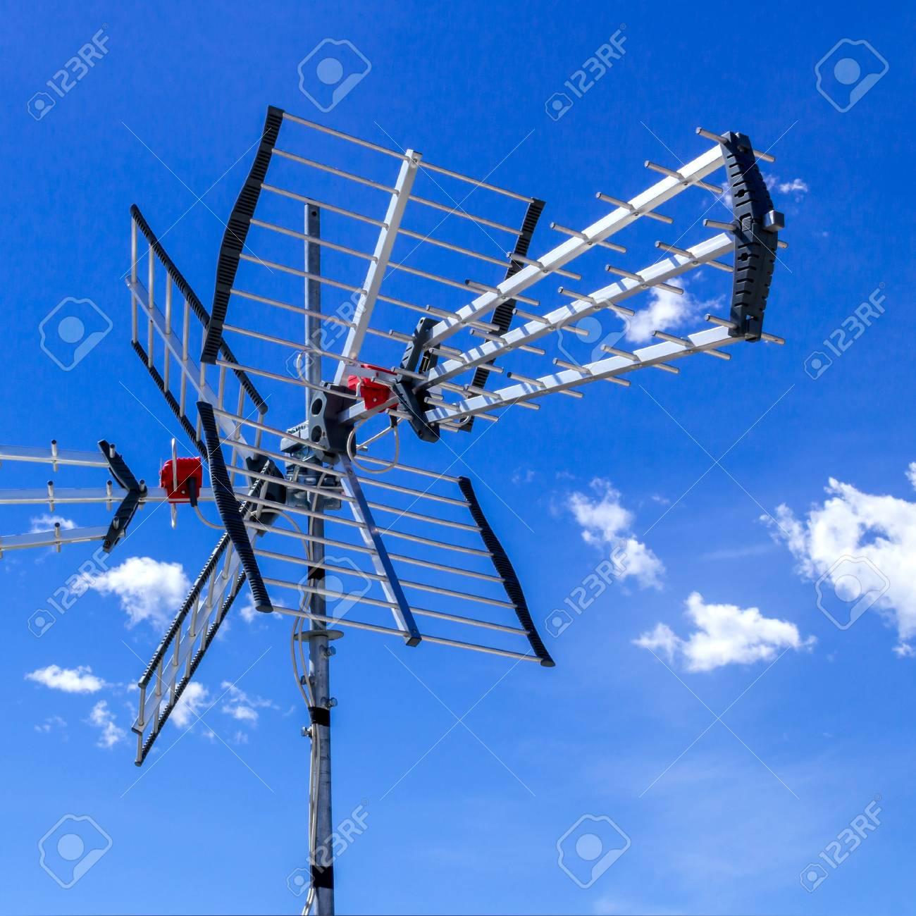 Antenne TV Pour Recevoir La Bande UHF De Télévision Terrestre Contre Le  Ciel Bleu Banque D'Images Et Photos Libres De Droits. Image 81603767.