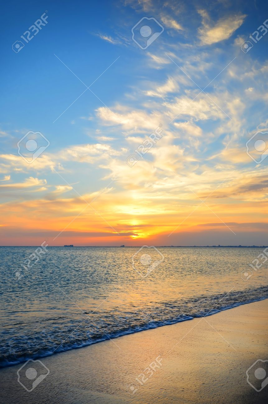 Expanse of the sea against the sunset sky. Beautiful seascape. Natural composition. - 15306397