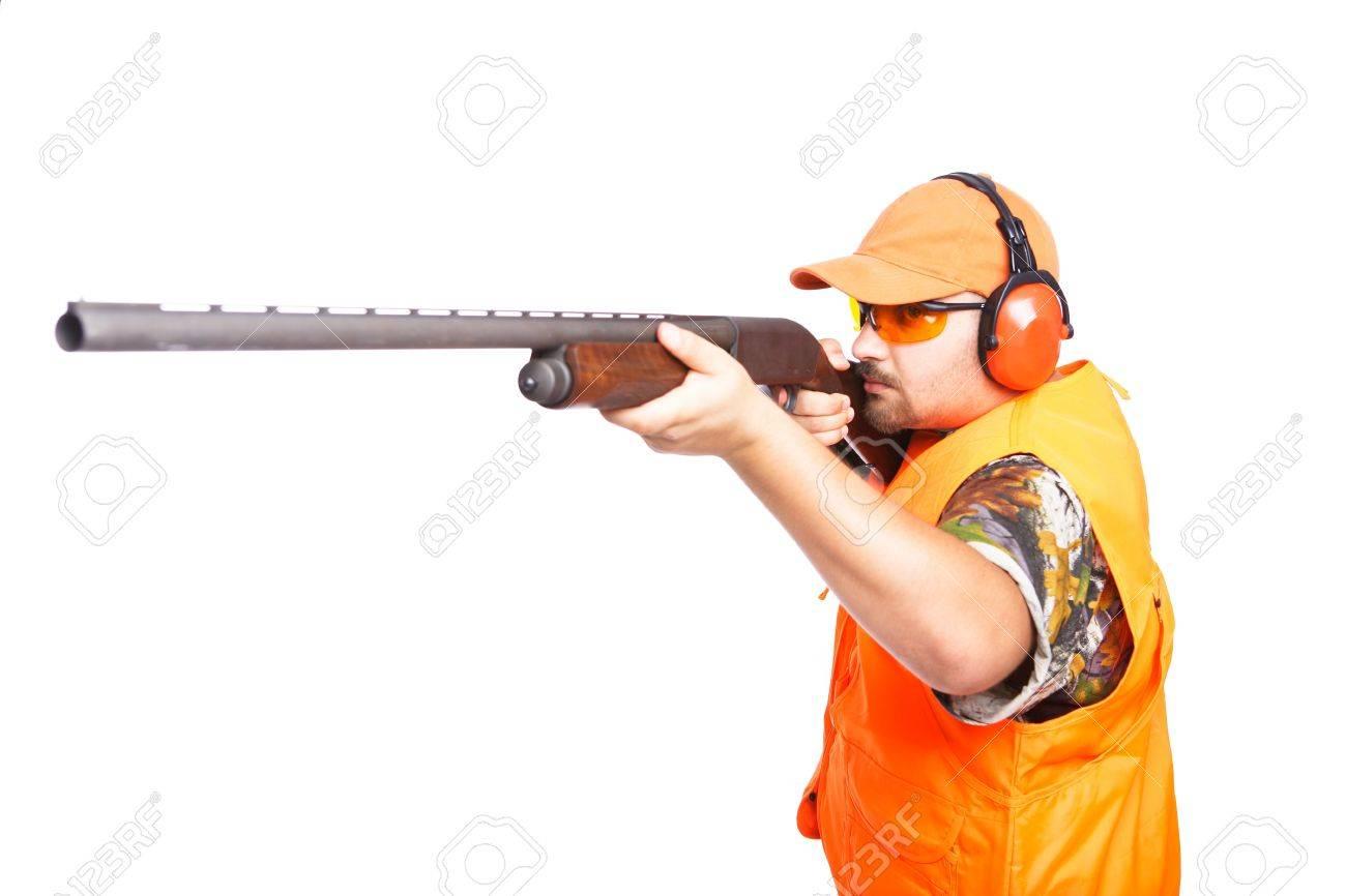 Aisl Shooting hunter, con el objetivo de una escopeta de acción, vistiendo de seguridad  camuflar prendas de vestir, aislados en blanco,