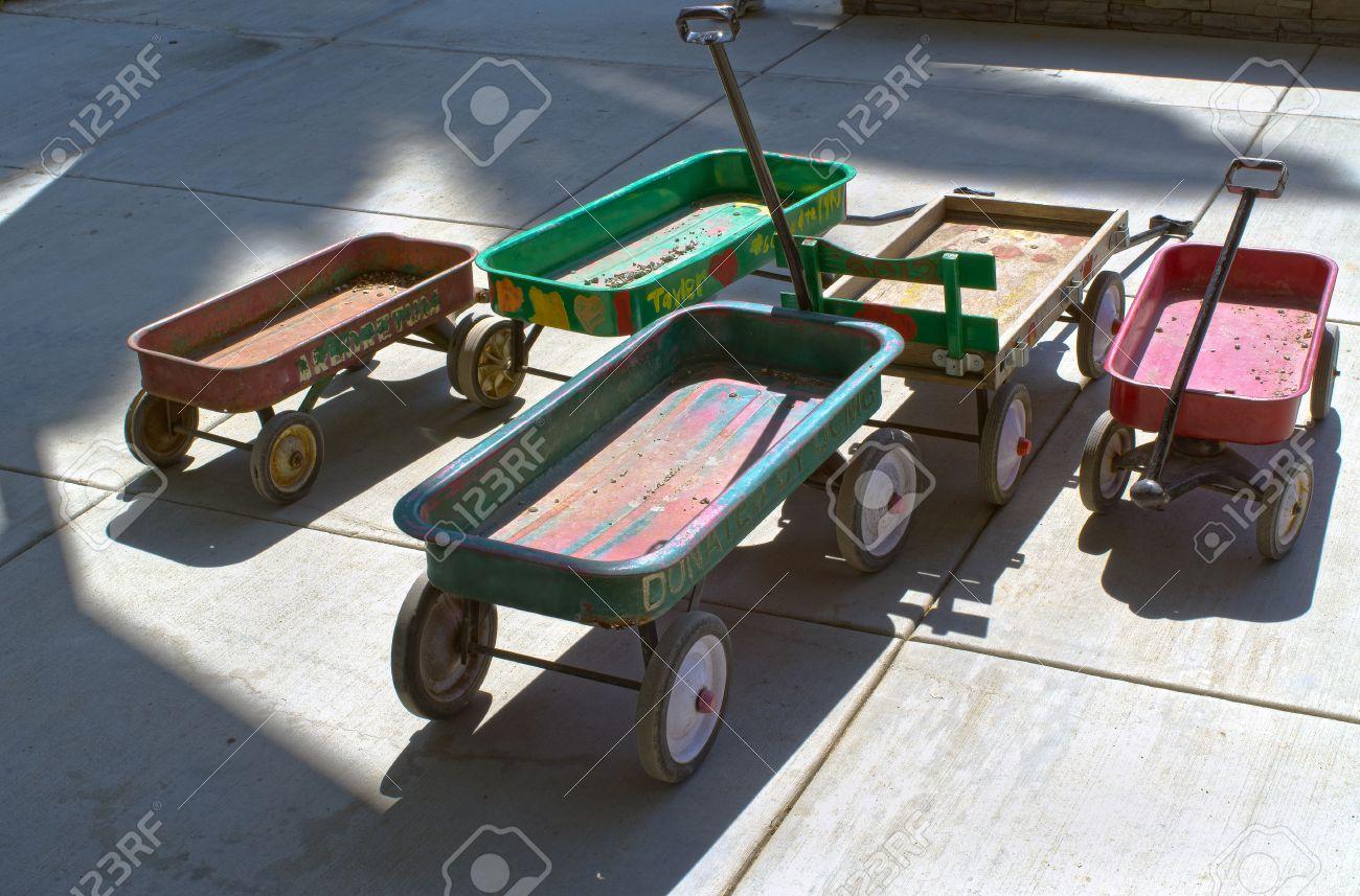Un Grupo De Carros De Juguete Usado Para Transportar Objetos En Un