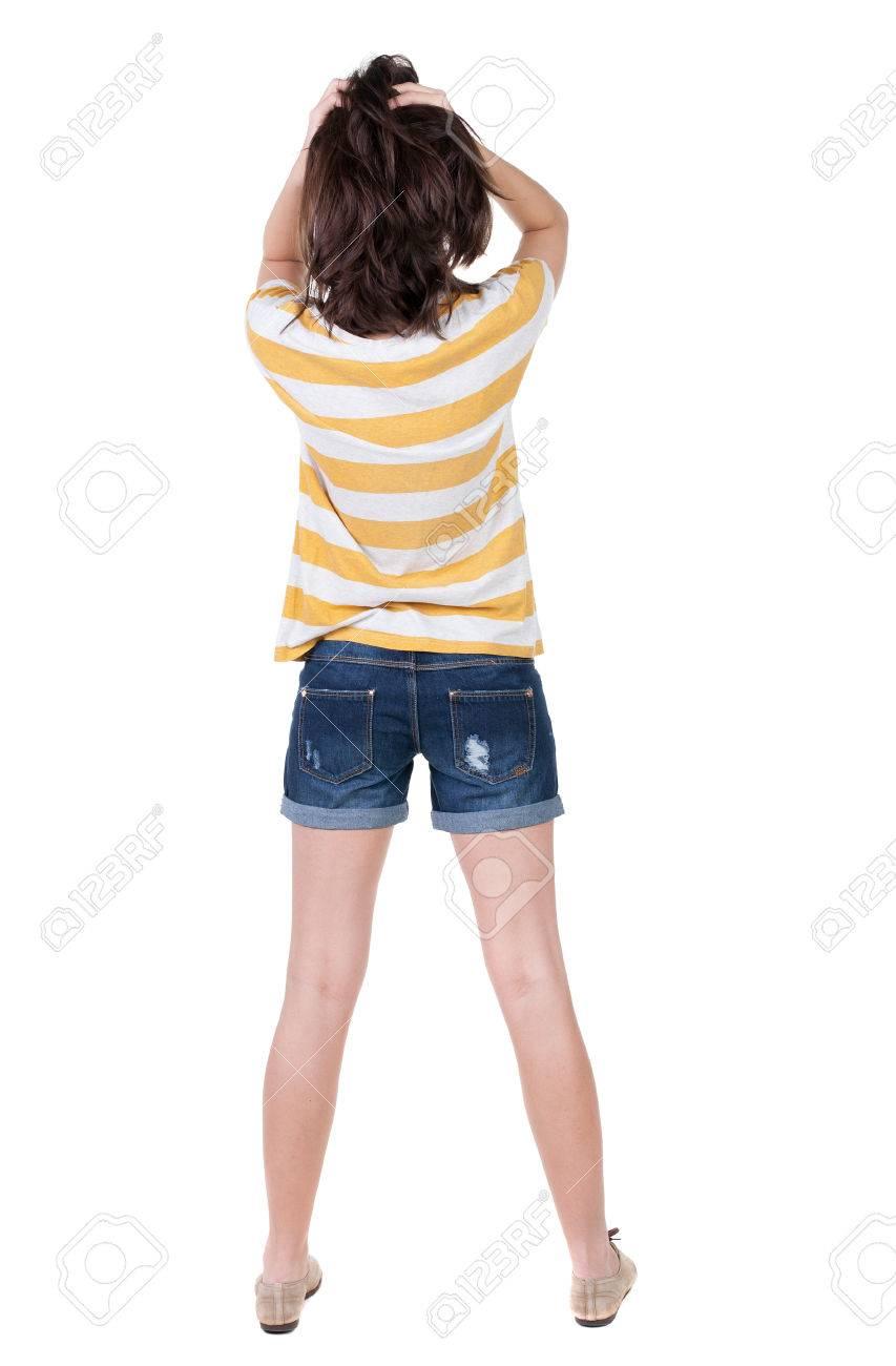 gran venta de liquidación venta de tienda outlet liberar información sobre Vista posterior de la mujer sorprendida en tejanos cortos. chica escondía  sus ojos detrás de sus manos. Vista posterior recogida de las personas. ...