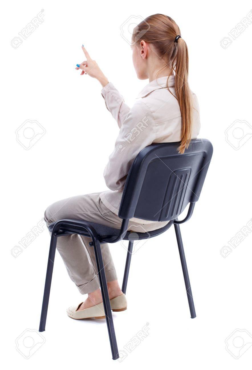 Rückansicht Der Jungen Schönen Frau Sitzt Auf Dem Stuhl Und Zeigt