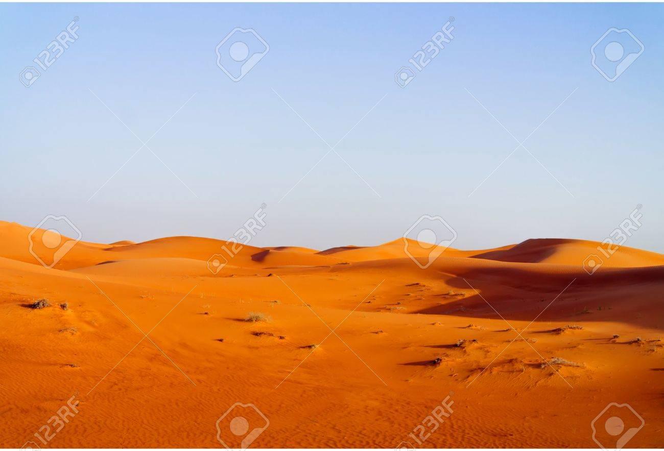 青い空の砂漠の砂丘の背景。ドバ...