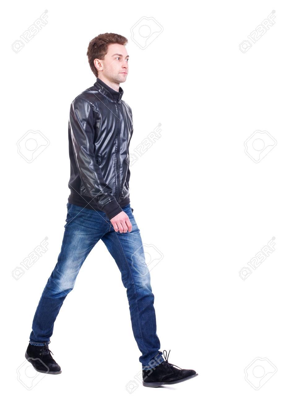 D Ou Vient Le Cuir vue arrière de beau homme. marche jeune homme. un gars frisé dans une veste  en cuir noir vient nous rencontrer.