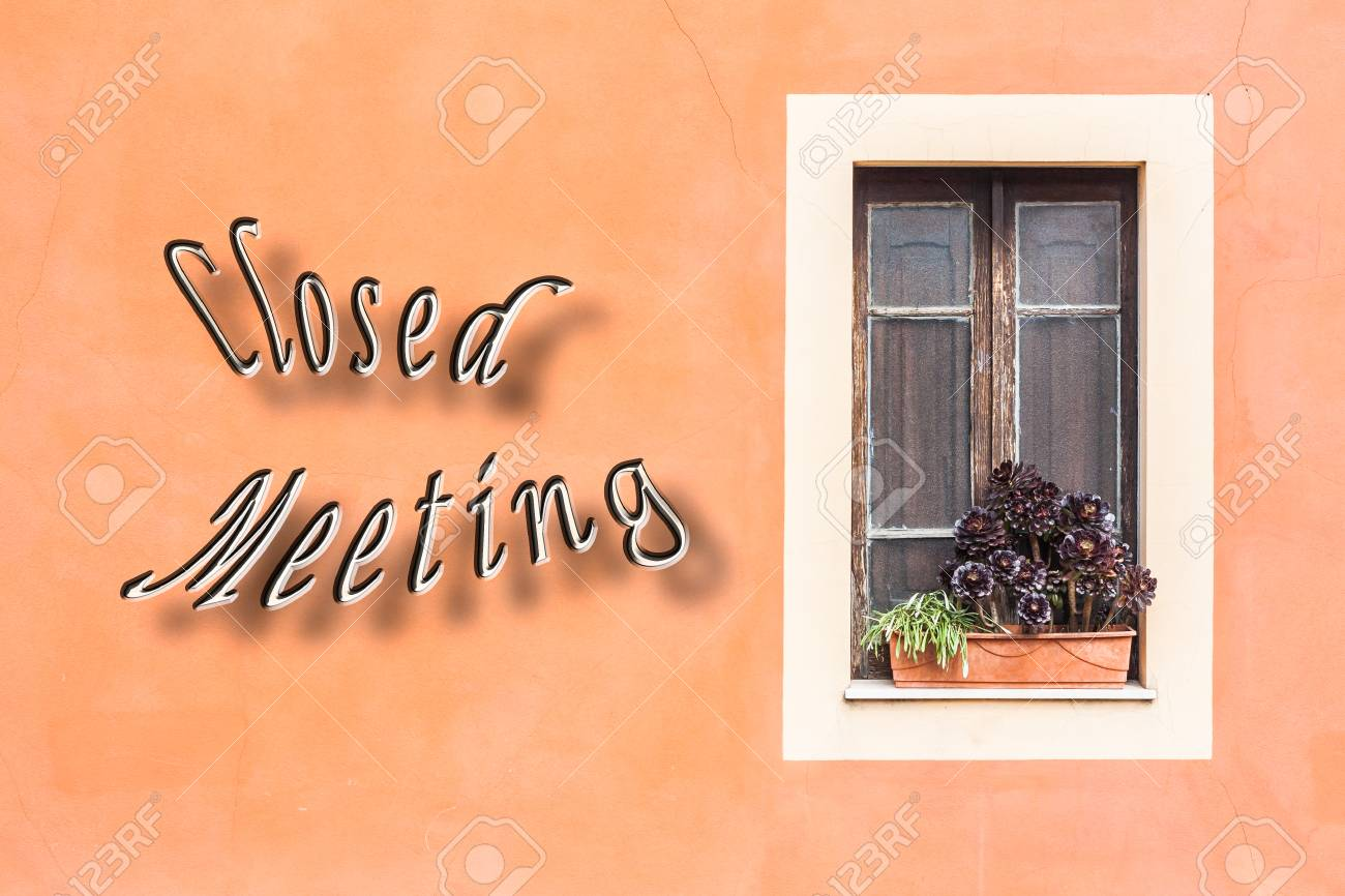 Fenêtre Fermée Avec Jardinière Et Le Mur Orange Avec écrit Réunion
