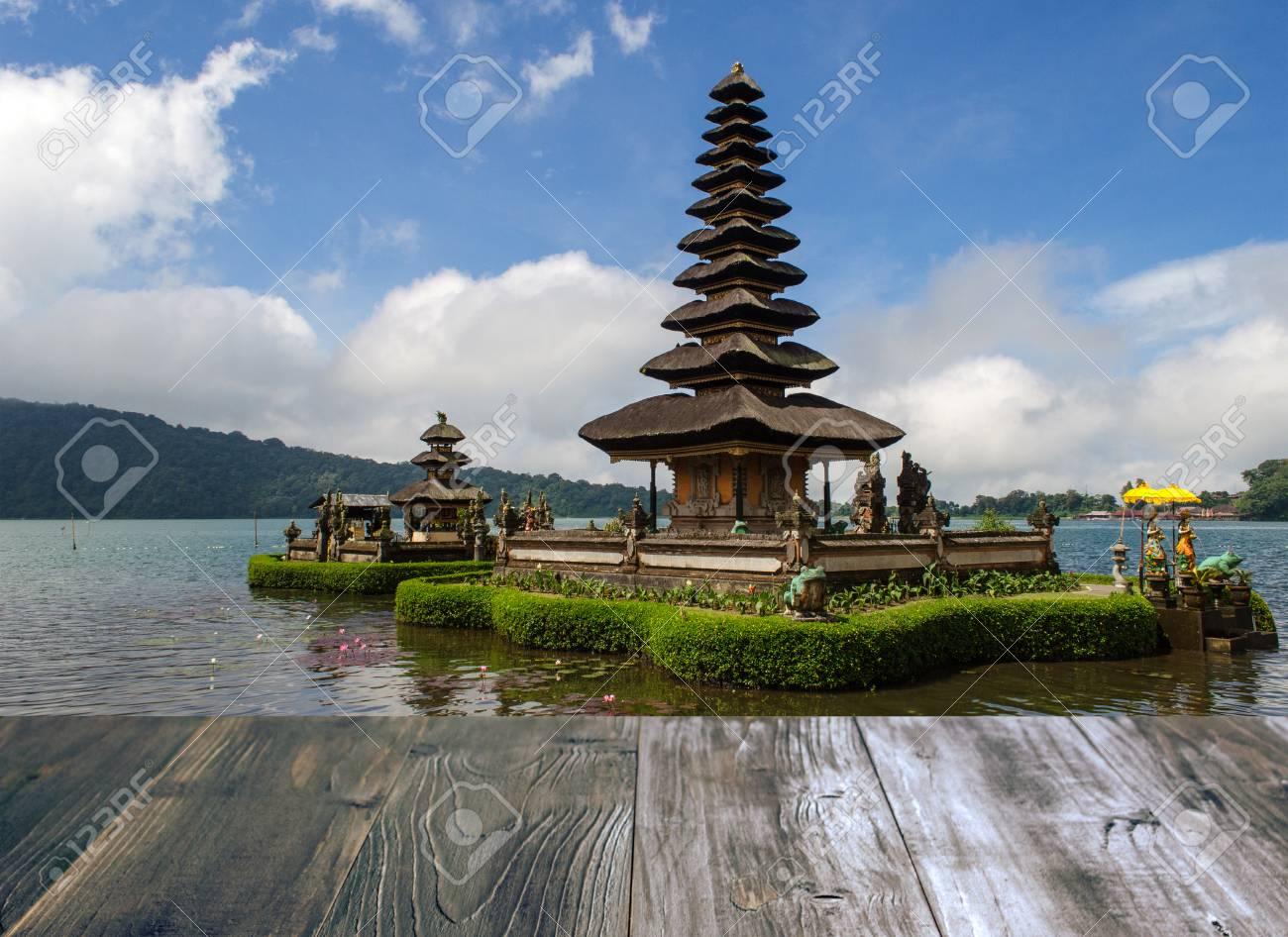 Terraza De Madera Del Vintage Con La Vista De Pura Ulun Danu Batur Es Templo Hindú En El Lago Bratan En Bali Indonesia Foco Suave Foco Selectivo