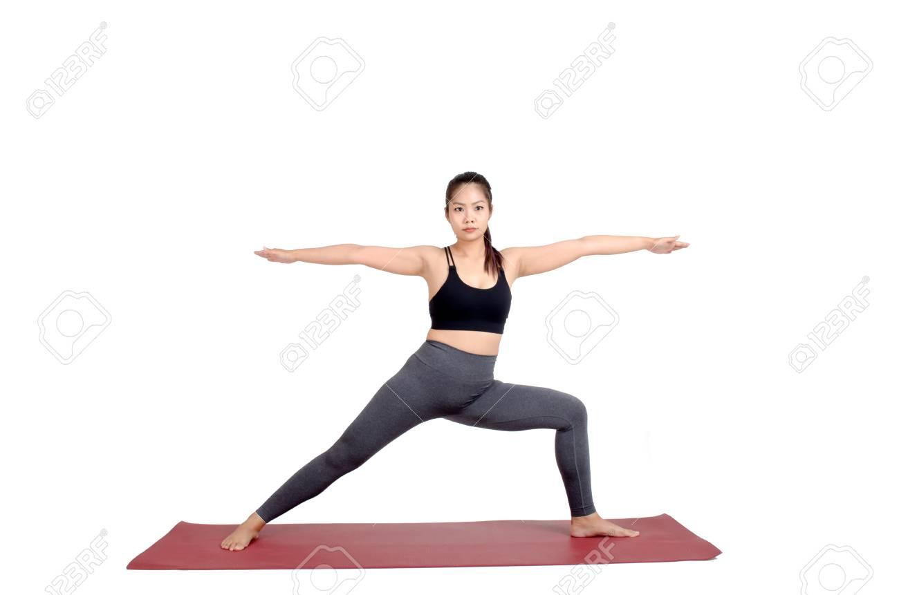 Jonge Aziatische Vrouw Doet Yoga In Crescent Lunge, Twist Yoga Pose ...