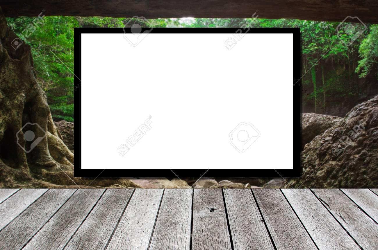 Panneau publicitaire vide ou télévision à écran large sur fond de