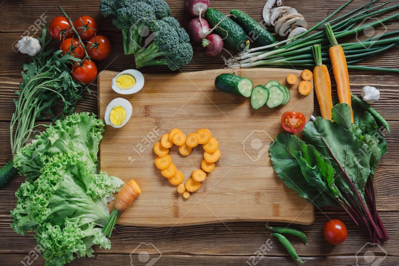 Gesunde Ernährung Mit Herz Aus Karottenscheiben Und Tomaten Salat