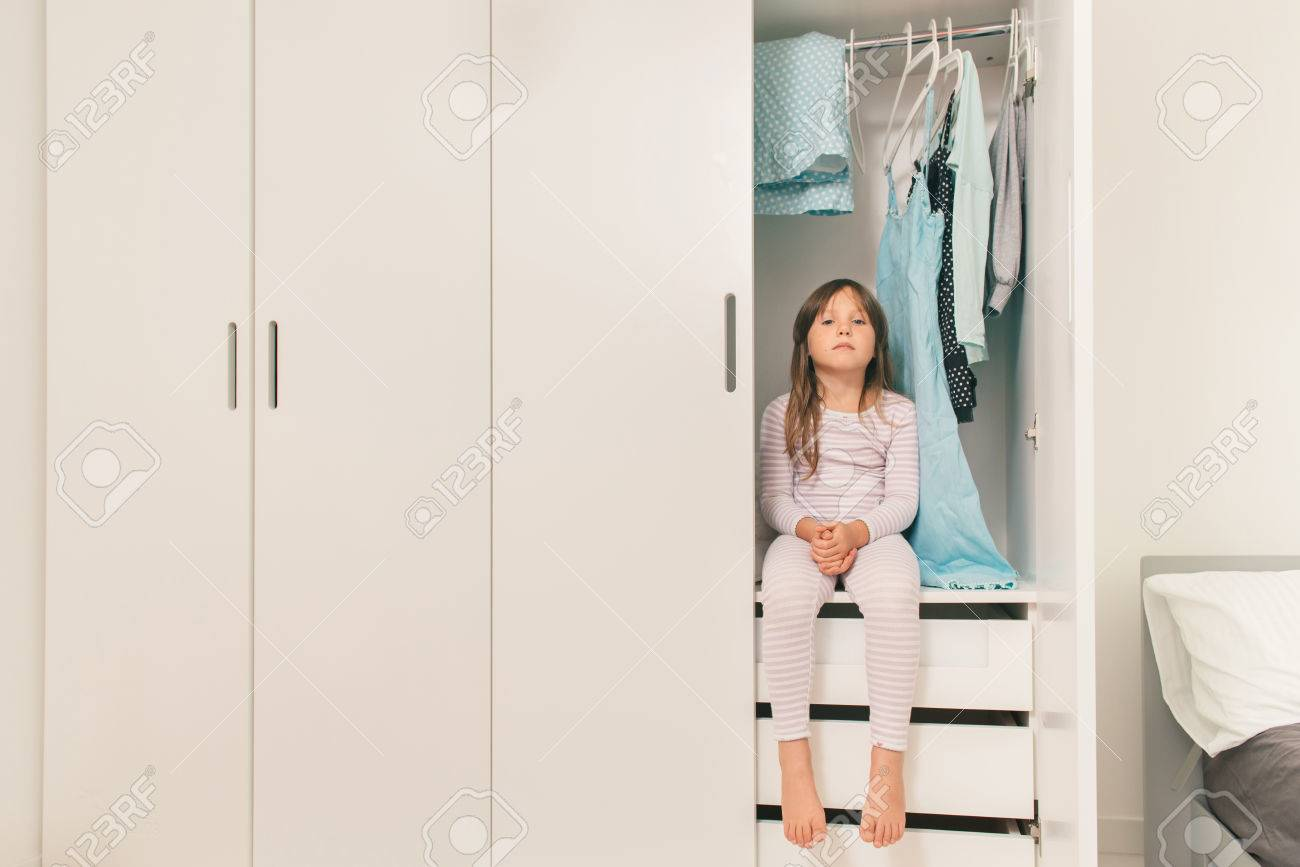 Petite Garde Robe seul petite fille triste assis dans la garde-robe de la mère