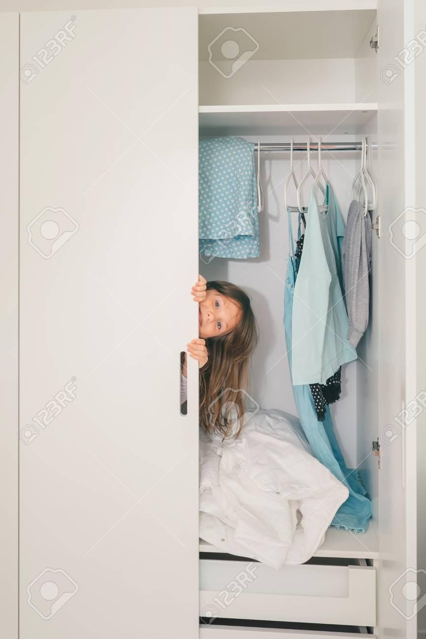 Petite Garde Robe cute petite fille se cachant dans la garde-robe de la mère et en