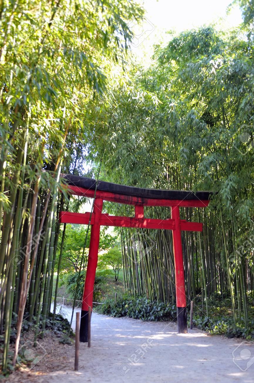 Porte de l\'entrée du jardin japonais dans le parc Anduze bambou où presque  toutes les espèces sont représentées et promues dans un jardin asiatique