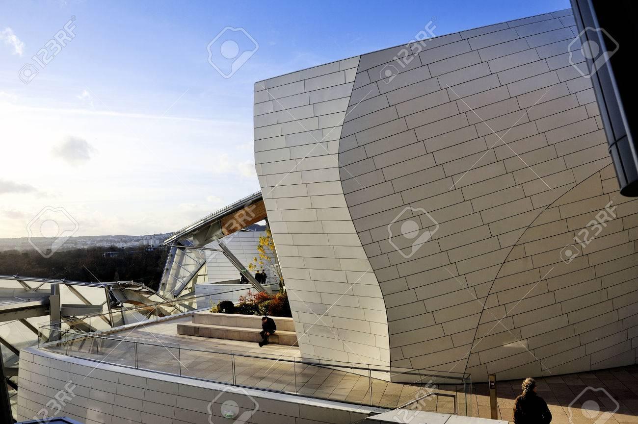 写真素材 , 建物はアメリカの建築家フランク ・ ゲーリーによって作成されたルイ ・ ヴィトン財団の現代の美術博物館、ブローニュの森の入り口にポルト  ・ マイヨ。