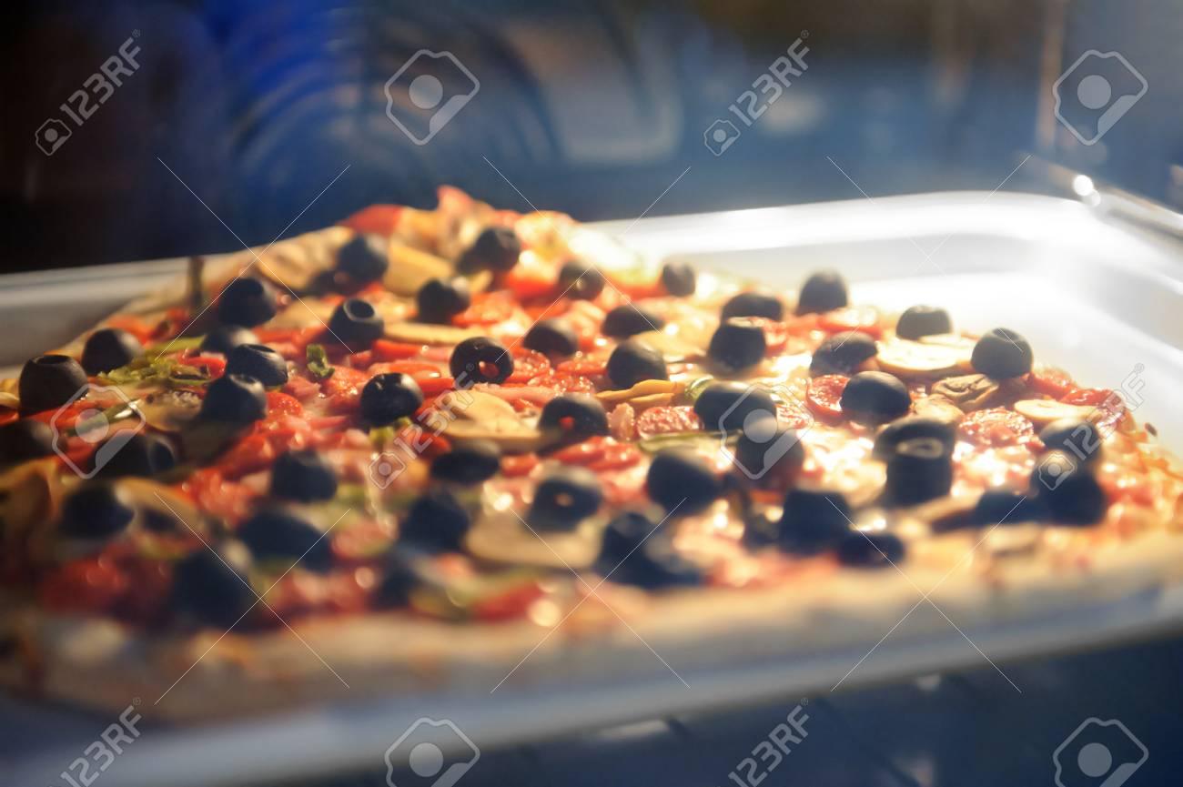 pizza sur une plaque de cuisson en mtal dans un four lectrique la maison banque - Cuisson Pizza Maison Four Electrique