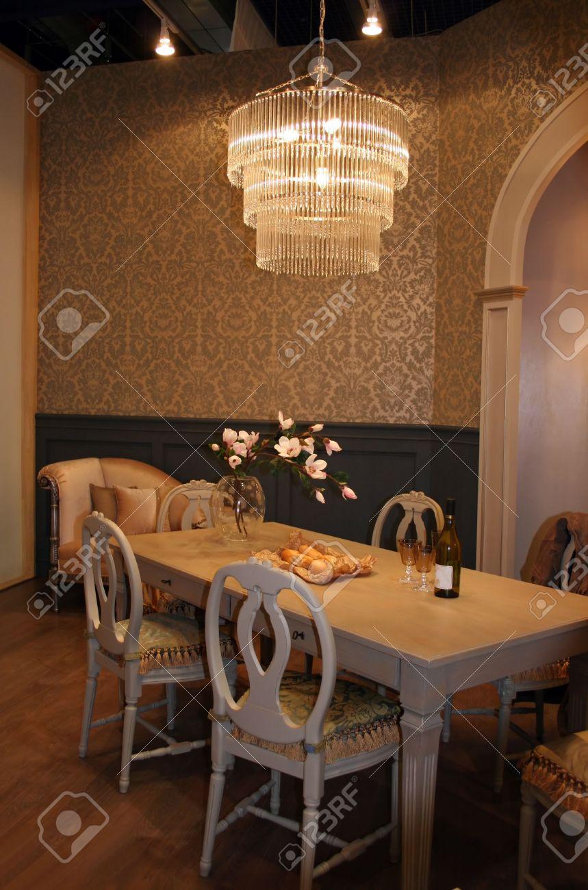 Sala Da Pranzo Tavolo E Sedie Con Un Elegante Lampadario Appeso Al ...