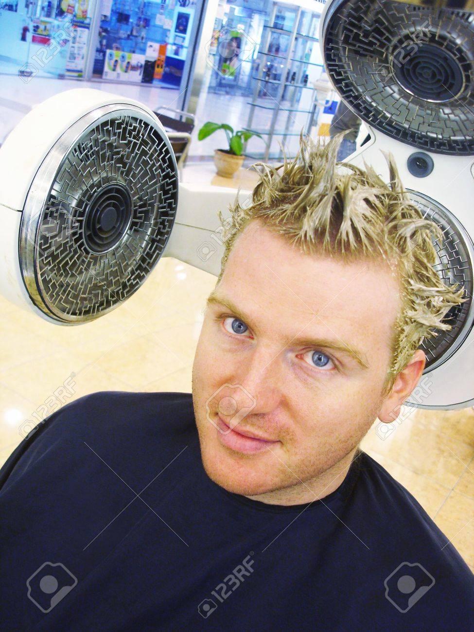 attrayante jeune homme ayant les cheveux de couleur blond chez le coiffeur banque d - Coloration Cheveux Homme Blond