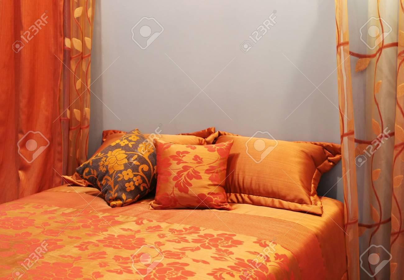 Immagini Stock - Camera Da Letto Decorate In Tonalità Di Colore ...