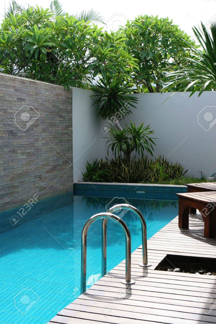 Luxus-Schwimmbad Auf Ein Schönes Zuhause. Lizenzfreie Fotos, Bilder ...