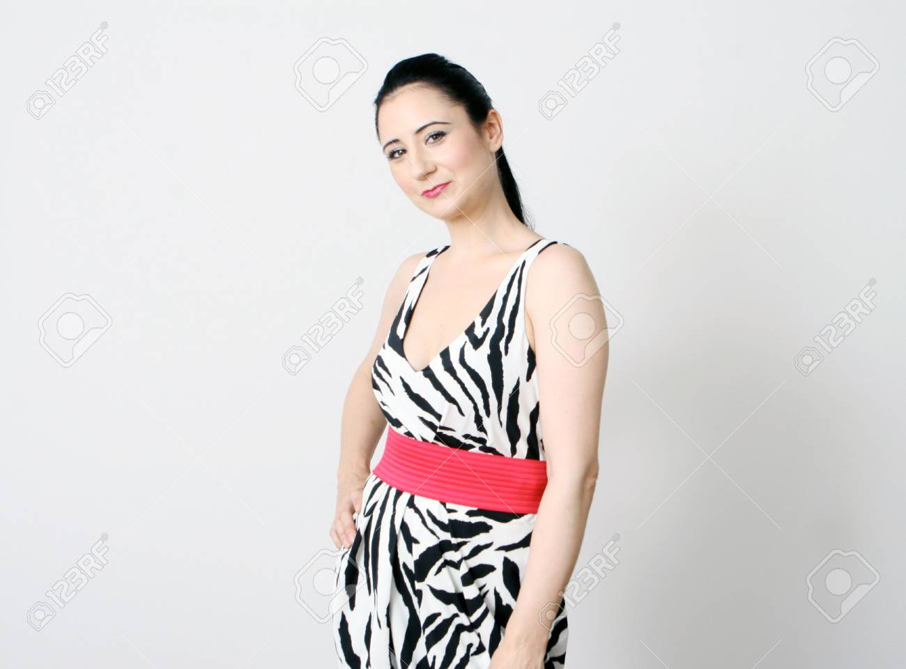 0221419a3 Foto de archivo - Hermosa mujer en un vestido de impresión de cebra -  aislado.
