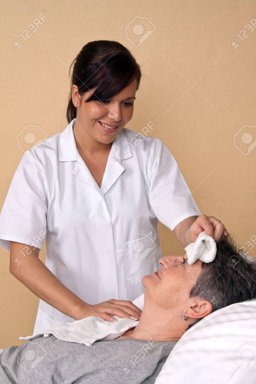 Русская медсестра и пациент в постели отличном качестве 6 фотография