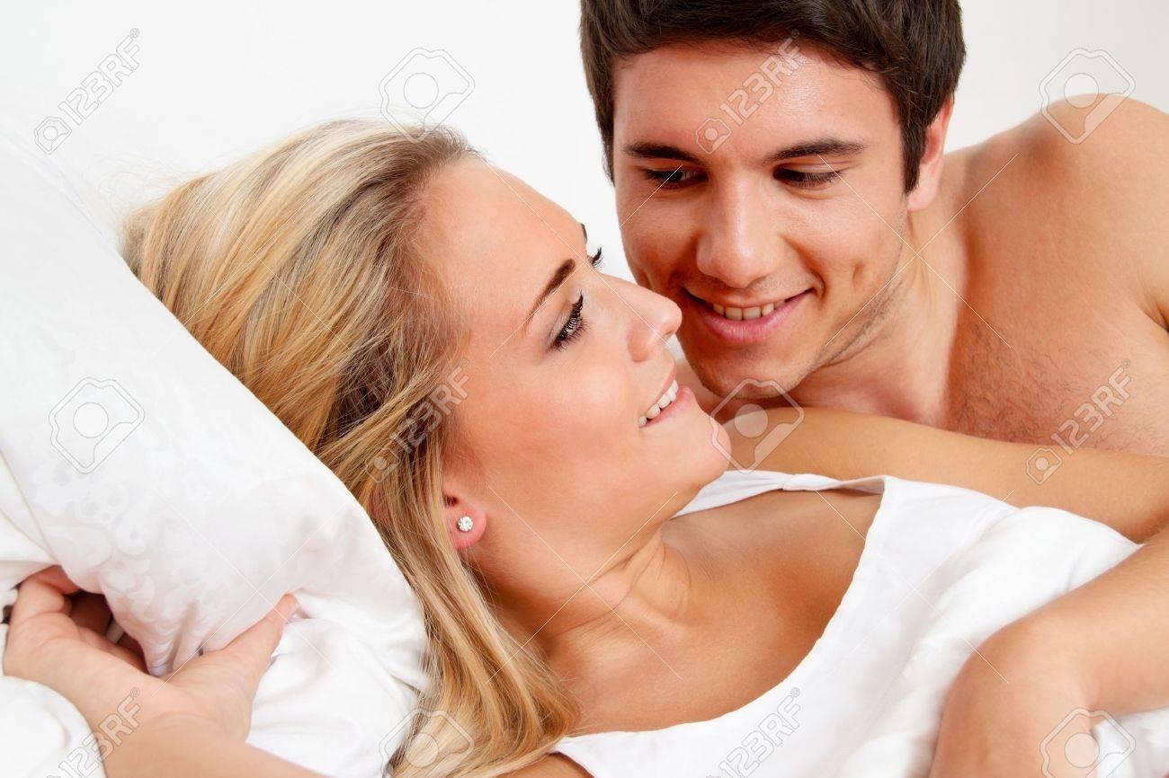Paar Hat Spaß Im Bett Lachen, Freude Und Erotik Im Schlafzimmer ...