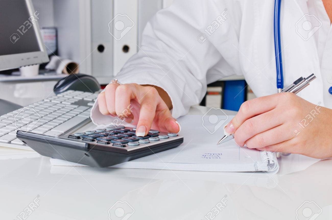 livraison gratuite 391fa fe76d Un médecin dans la chirurgie effectue un travail administratif. coûts dans  le bureau du médecin.