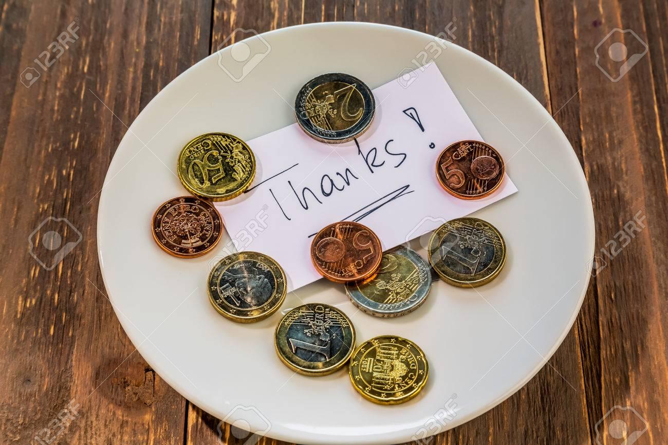 Ein Teller Mit Münzen Für Kippen Oder Gebühren Für Toiletten Auf