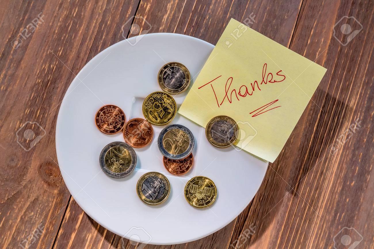 Ein Teller Mit Münzen Für Tipps Oder Gebühr Für Die Toiletten In