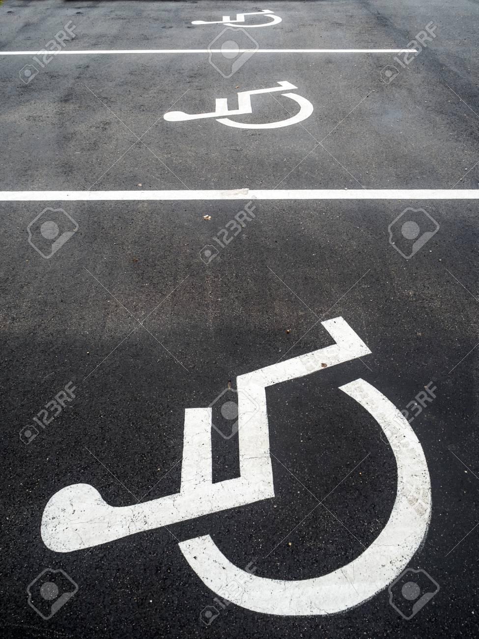 Uscire con una donna su una sedia a rotelle