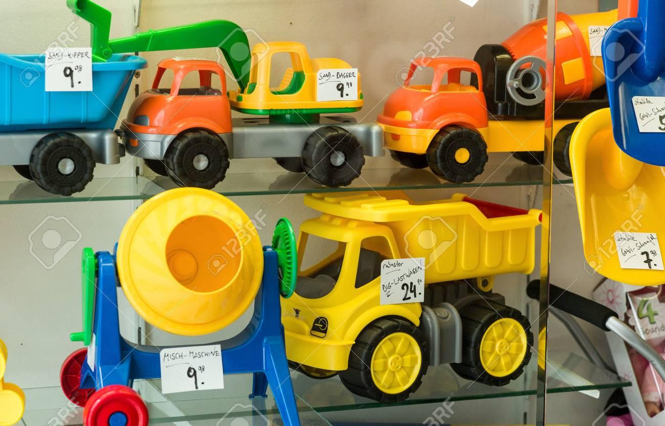 lastwagen, bagger und mixer in einer vitrine für kinderspielzeug