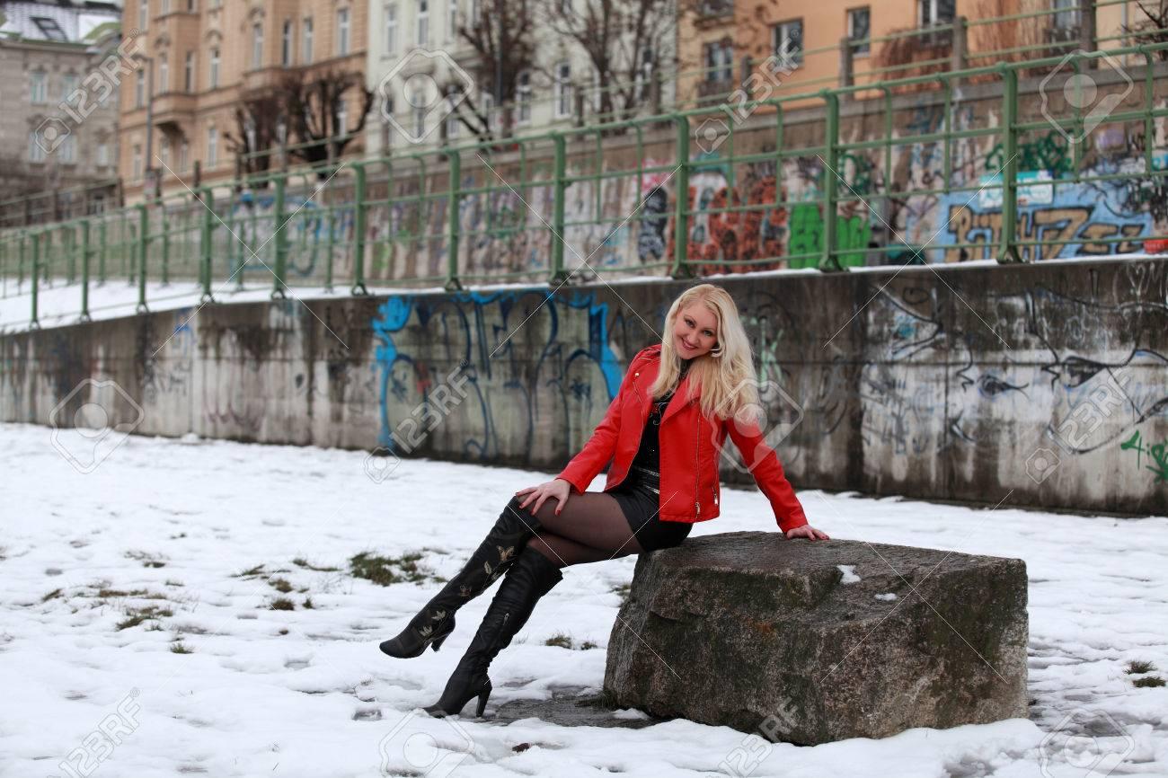 Фото блондинок в кожаных юбках фото 319-879