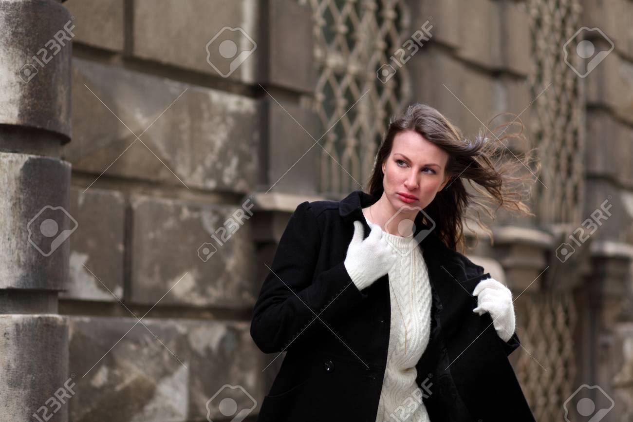 schöne brünette mädchen vor einem barockschloss in wien, Österreich