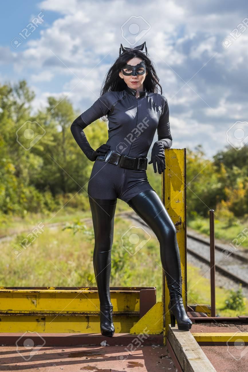 frau im catwoman kostum auf eisenbahnwaggon standard bild 87915773