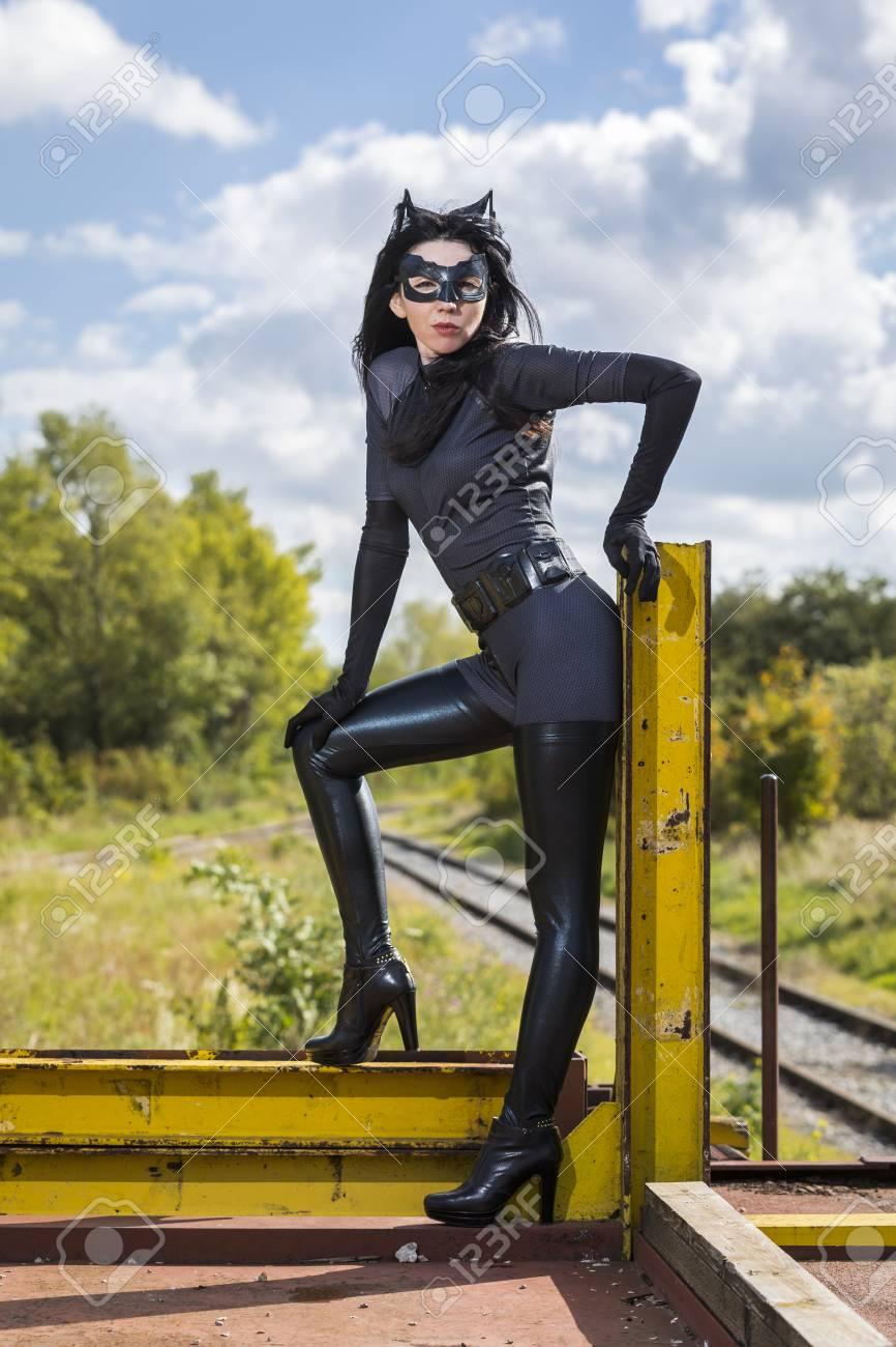 frau im catwoman kostum auf eisenbahnwaggon standard bild 87915783