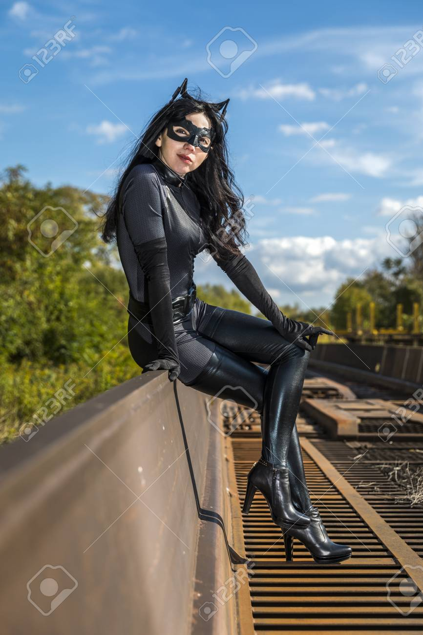 frau im catwoman kostum auf eisenbahnwaggon standard bild 87916031